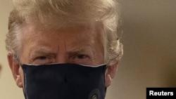 Президент США Дональд Трамп в маске во время посещения Национального военно-медицинского центра в пригороде Вашингтона. 11 июля 2020 года.