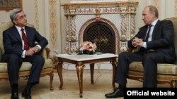 Президент Армении Серж Саргсян (слева) во время встречи с премьер-министром России Владимиром Путиным, Москва, 25 октября 2011