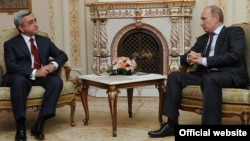 Президенты Армении и России - Серж Саргсян (слева) и Владимир Путин, Москва, 25 октября 2011 г.