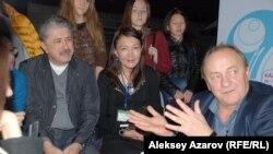 Во время неформального общения на книжном форуме с Янушем Леоном Вишневским, известным польским писателем. Алматы, 14 ноября 2014 года.