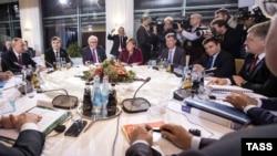 La discuțiile de la Berlin, între Petro Poroșenko (dreapta), Angela Merkel (centru) și Vladimir Putin (stânga), 19 octombrie 2016
