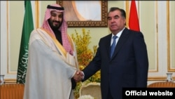 Tajik President Emomali Rahmon (right) meets with Saudi Defense Minister Muhammad bin Salman in Riyadh on January 3, 2016.