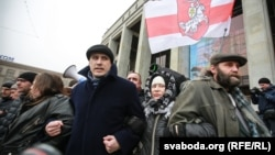 Павал Севярынец (у цэнтры) падчас мітынгу прадпрымальнікаў на Кастрычніцкай плошчы Менску, 28 лютага 20916 году