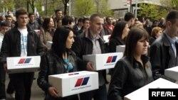 Predstavnici opozicije su nedavno predali Vladi milion potpisa za vanredne izbore, 12. april 2010. Foto: Vesna Anđić