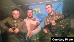 Алексей Гиренко (в центре) с сослуживцами на фоне флага крымско-татарского народа перед отправкой в зону АТО