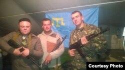 Aleksey Girenko (merkezde) askerlernen beraber qırımtatar halqı bayrağı ile resimge tüştiler, episi ATA keçken yerlerge yollanılacaqlar