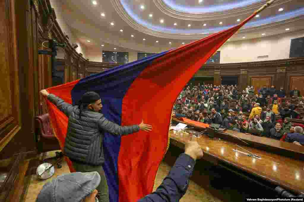 Протестующие развернули флаг Армении в здании парламента.