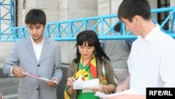 Активисты одной из неправительственных организаций раздают информационные материалы. Иллюстративное фото.