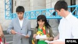 """Активисты НПО """"Абырой"""" раздают свои информационные материалы. Алматы, 8 июня 2009 года."""