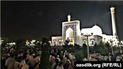 Мусульмане читают таравих-намаз возле мечети «Минор» в Ташкенте. Архивное фото.