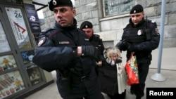 Мәскәүдә полиция Путин сәясәтенә каршы ялгыз пикетка чыккан әбине тоткарлый