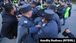 Ադրբեջան - Ոստիկանությունը բերման է ենթարկում ցուցարարներին, Բաքու, 16-ը փետրվարի, 2020թ.