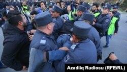 Polislər etirazçını aparırlar, 16 fevral 2020