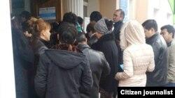 Очередь возле двери избирательного участка.
