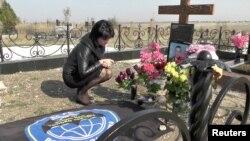 Віталіна Бордова на могилі чоловіка Сергія Бордова, загиблого в Сирії. Сімферополь, 18 жовтня 2017 року