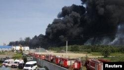 Автомобили скорой и пожарных вблизи места пожара, 9 июня 2015