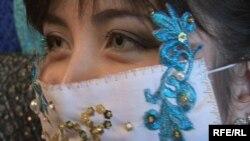 Сәнді таңғыш байлаған модель. Семей, тамыз, 2009 жыл.