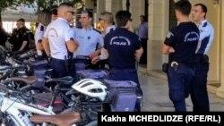 полицајци во специјални униформи и без оружје, но со палки, ќе патролира по универзитетите во Грција