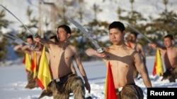 Тренування китайських прикордонників на кордоні з Росією