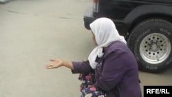 Пожилая женщина просит милостыню на улицах Актобе. 23 сентября 2009 года.