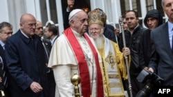 Папа Римський Франциск і патріарх Константинопольський Варфоломій (по центру)