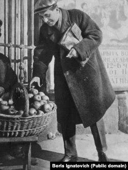 Михаил Зощенко покупает яблоки. Ленинград.1923