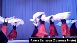 Танцевальная группа рижской школы