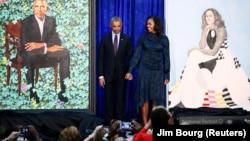Бывший президент США Барак Обама и бывшая первая леди Мишель Обама во время церемонии открытия в Национальной портретной галерее в Вашингтоне, 12 февраля 2018 года
