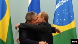 Brazilian President Luiz Ignacio Lula da Silva (left) and Russian Prime Minister Vladimir Putin in Moscow on May 14.