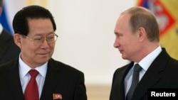 Президент России Владимир Путин принимает верительные грамоты у посла КНДР Ким Хён Чжуна