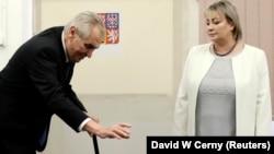 Мілош Земан кидає бюлетень у скриньку на виборах президента Чехії, 27 січня 2018 року