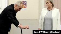 Милош Земан с супругой Иваной во время голосования.
