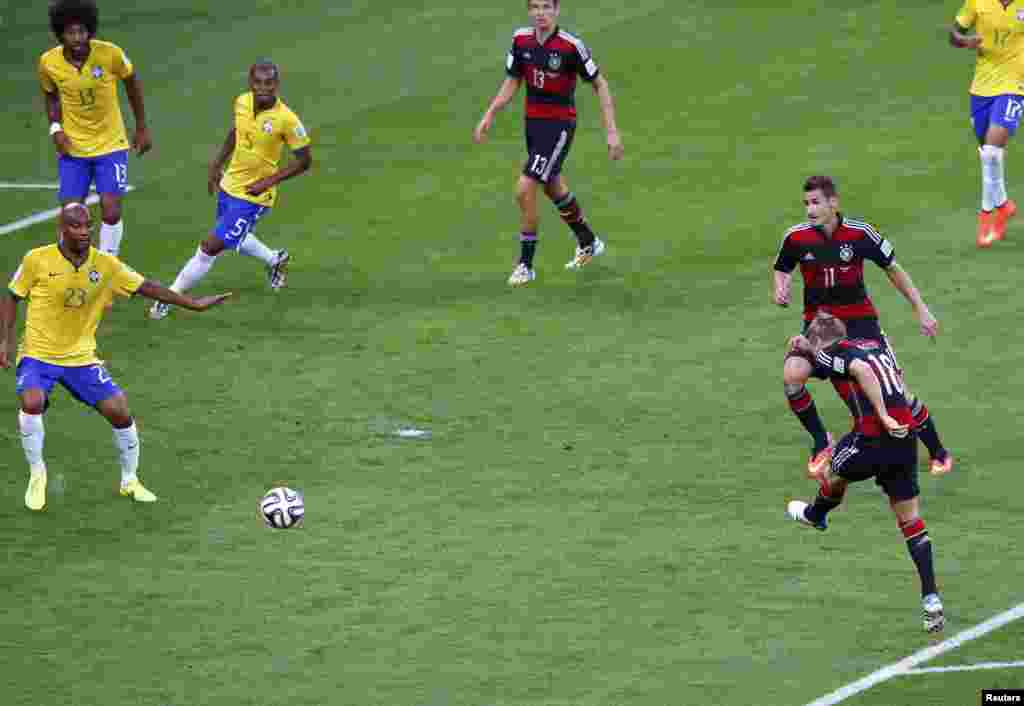 Момент матча между сборными Бразилии и Германии.
