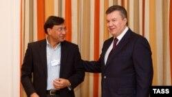 Віктор Янукович (л) і Лакшмі Міттал (п), керівник ArcelorMittal, у Кривому Розі, 24 січня 2013 року