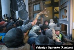 Сторонники Михаила Саакашвили штурмуют бывший Октябрьский дворец, 17 декабря 2017 года