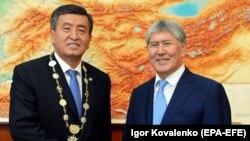 Gyrgyzystanyň prezidenti Sooronbaý Jeenbekow we ýurduň öňki prezidenti Almazbek Atambaýew