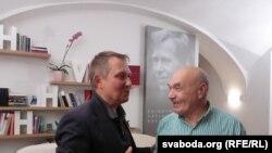 Аляксандар Лукашук і Міхась Кукабака ў бібліятэцы Вацлава Гаўла ў Празе