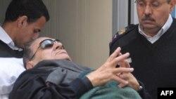 В зал суда Хосни Мубарака доставили на больничной каталке