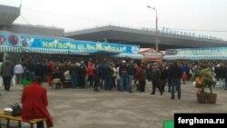 Жители Ташкента, выстроившиеся в длинную очередь за дешевым картофелемна рынке «Авиасозлар» (Кадышева). Фото сделано утром 21 марта. Фото агентства «Фергана».
