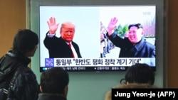 Люди на вокзале в Сеуле смотрят новости по телевизору, на экране которого - портреты президента США Дональда Трампа и северокорейского лидера Ким Чен Ына. 9 марта 2018 года.
