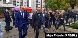 Представники «Сербського списку» – партії, яка повністю підпорядкована урядові Сербії й президентові Александру Вучичу, ідуть голосувати у Північній Мітровиці, 6 жовтня 2019 року