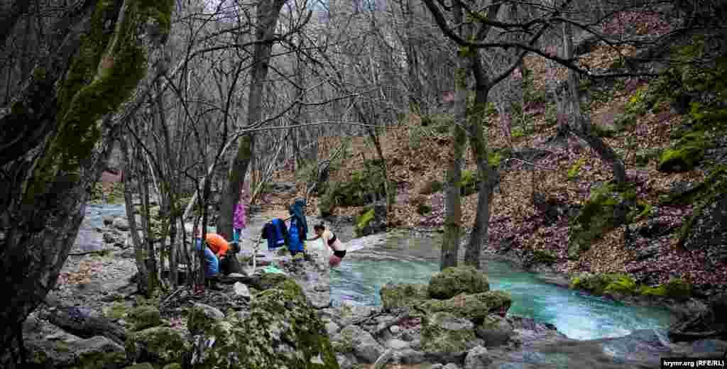 У холодній гірській річці Кизилкобинка, що неподалік Червоної печери, перебувають охочі скупатися й узимку
