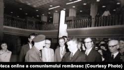 Nicolae Ceauşescu la expoziţia consacrată aniversării a cinci decenii de la crearea P.C.R.- discuţie amicală cu Gheorghe Cristescu, primul secretar general al P.C.R. (1921-1924). Fototeca online a comunismului românesc; cota:55/1971