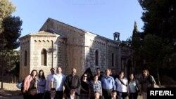 Հայ համայնքի ներկայացուցիչները Երուսաղեմի Սուրբ Գրիգոր Լուսավորիչ եկեղեցու բակում, արխիվ