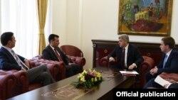 Претседателот Ѓорге Иванов се сретна со премиерот Зоран Заев и со министерот за надворешни работи Никола Димитров на кој тие требаше да му го презентираат договорот со Грција