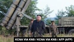 یکی از تصاویر منتشرشده از سوی خبرگزاری رسمی کره شمالی که کیم جونگاون را در حال نظارت بر پرتابگر نشان میدهد