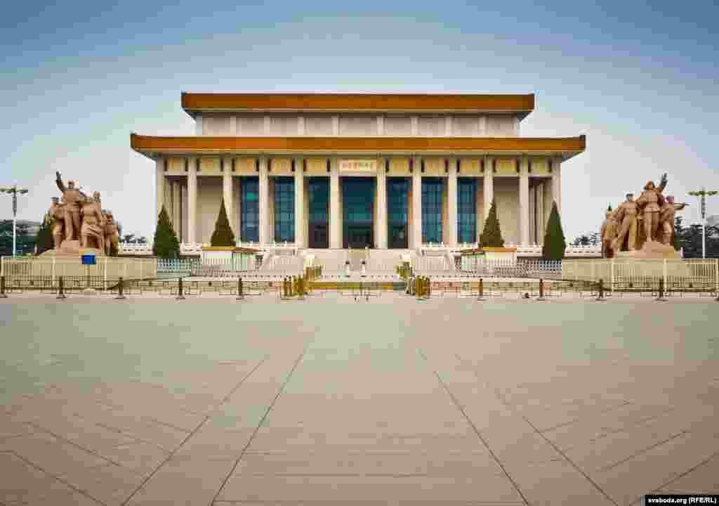 Мавзолей Мао Цзэдуна на площади Тяньаньмэнь в Пекине