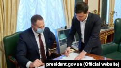 Президент Володимир Зеленський у робочому кабінеті разом із головою свого офісу Андрієм Єрмаком, фото ілюстративне