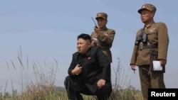 Ким Чен Ын наблюдает за военными учениями