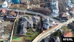 «Схеми» викрили оборудку, за якою гектар елітної землі у столиці Київрада безоплатно передала у власність структурі, пов'язаній із Порошенком